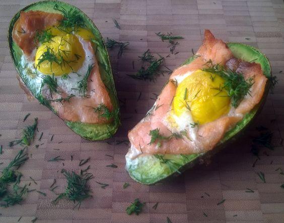 Deze heerlijke gevulde avocado met ei en zalm uit de oven maak je gemakkelijk in de Airfryer. Dit koolhydraatarme gerecht is lekker als ontbijt of lunch.  Recept: http://www.airfryerweb.nl/recepten/gevulde-avocado-ei-en-zalm/
