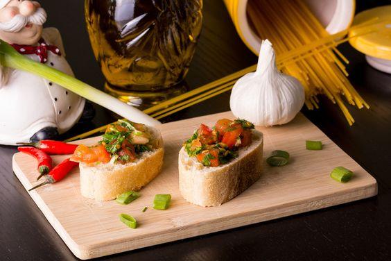 Bruschetta Zutaten: 4-5 Tomaten Eine handvoll Rucola 2 Knoblauchzehen 1 Ciabattabrot Olivenöl Salz Zubereitung: Ciabattabrot rösten,Tomaten in Würfel schneiden, Rucola grob zerkleinern, Knoblauch fein hacken. Zusammen mit dem Olivenöl in eine Schüssel geben und gut mischen, mit Salz abschmecken und ca. 15-20 Minuten ziehen lassen. Alles liebevoll auf den vorbereiteten Brotscheiben anrichten und servieren. Foto:  paparazzo