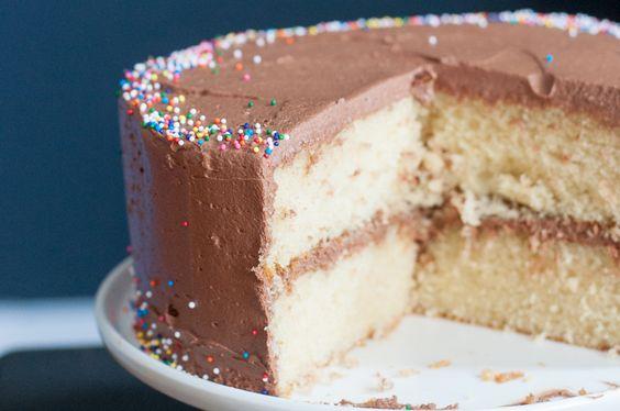 Mache deinen Liebsten eine Freude und backe ihnen diesen feinen Geburtstagskuchen! Luftig-lockerer Kuchen mit einem cremigen Schokoladenfrosting.