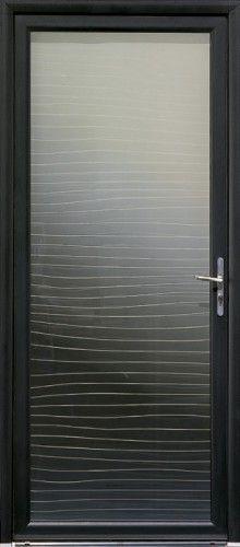 Porte aluminium, Porte entree, Bel'm, Contemporaine, Poignee plaque etroite couleur argent, Grand vitrage, Double vitrage ambre aux lignes destructurees, Isolation phonique, Luminosite, Mavoko