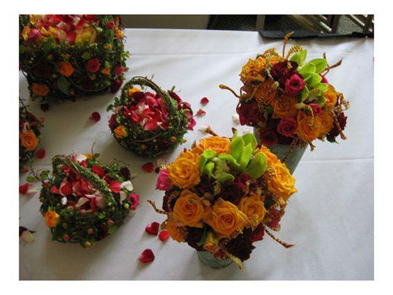 Arreglo con rosas en canastas naturales centro de mesa - Arreglos de flores artificiales ...