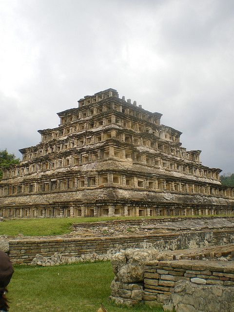 Esta es la pirámide de los nichos. Está en la ciudad de Veracruz. La pirámide es un sitio arqueológico precolombino. También es una de las ciudades más importantes de la época clásica de la Mesoamericana.