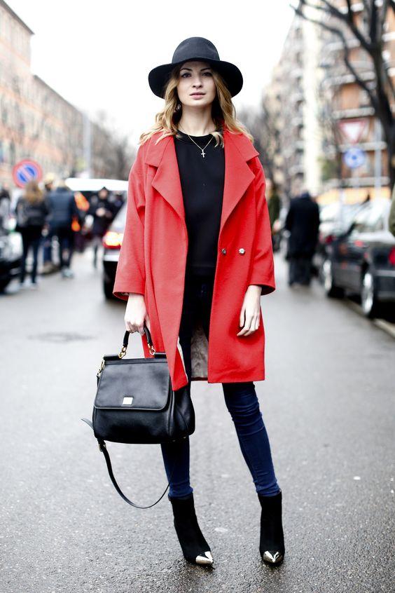 Un abrigo con color dará un toque muy cool a tu outfit.  #abrigo #moda #mujer #rojo #invierno