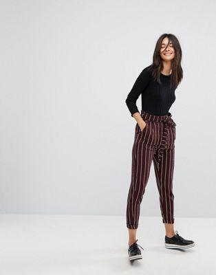 Outfit de pantalón a rayas rojo y blanco