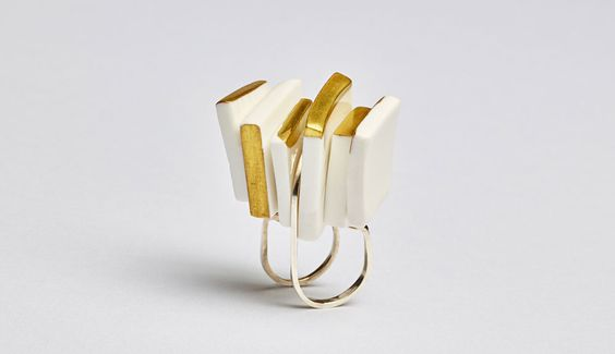 Zhou Yiyan Ring: Panels, 2016 Porcelain with matte gold paint, silver 950 Photo by: Martin Konrad: