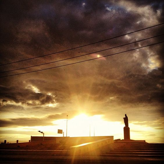 Camino a la escuelita #school #photography #instaphoto #morning #sky #cielo #torreon #sunrise #early #JuanPabloII #statue - @<a href=
