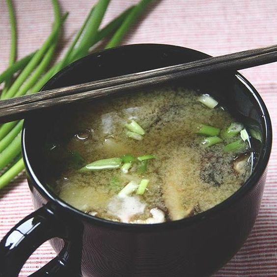 Pode não parecer mas a sopinha tradicional japonesa não é vegetariana, ela leva peixe no molho. Dá uma olhada nessa opção vegana de misoshiro no euquefiz.eu