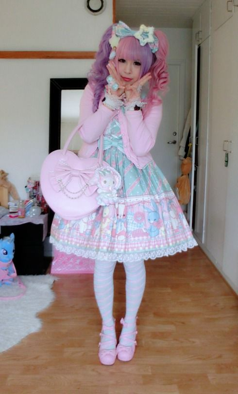 Such a pretty lolita outfit, and i want the trixie lulamoon in the background lol