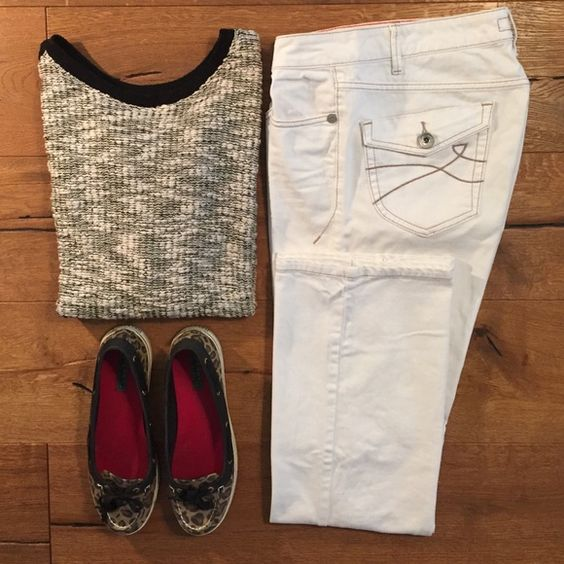 DKNY White Jeans w Tan Stitching | D, Stitching and Buttons