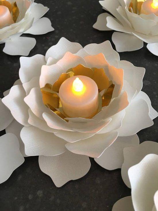 Mesas decoradas con flores de papel