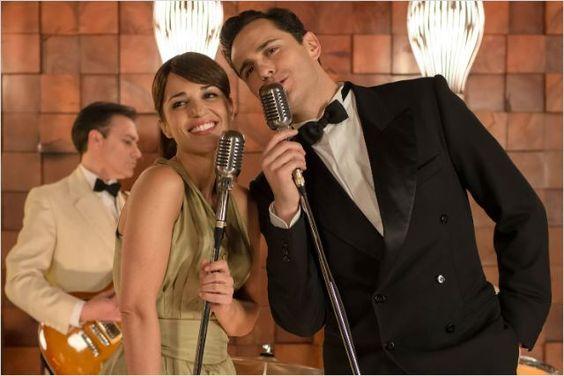 Ana Rivera y Raúl de la Riva cantando animadamente en la fiesta de compromiso de Alberto y Cristina