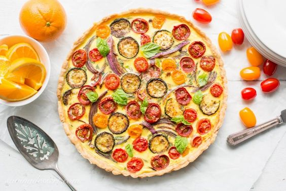 Farmers 'Market Quiche mit Zucchini, Tomaten, Zwiebeln und frischem Basilikum