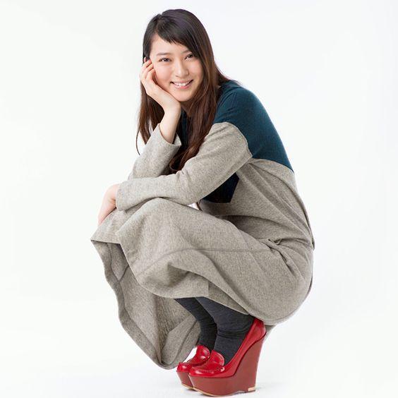 ヒールの高い真っ赤な靴をはく武井咲
