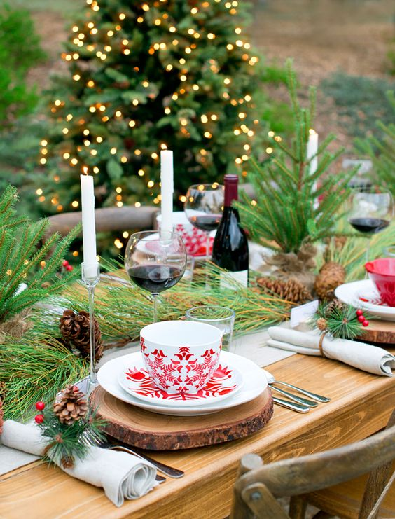 See how to create this beautiful and festive red and white Christmas tablescape by @splendidliving.: