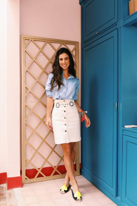 Look do dia Luiza Sobral | Saia branca lápis botões na frente | camisa azul de linho: