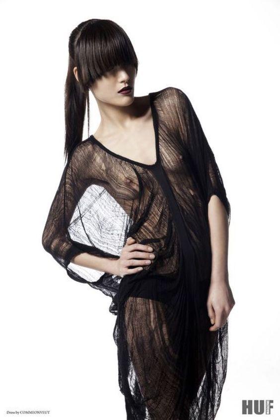 Das Ripped Shirt wurde in aufwendiger Handarbeit hergestellt. Dabei wird das ursprüngliche Gewebe des hochwertigen Stoffes in seiner Struktur aufgebrochen und durch eine Art Zersetzungsverfahren...