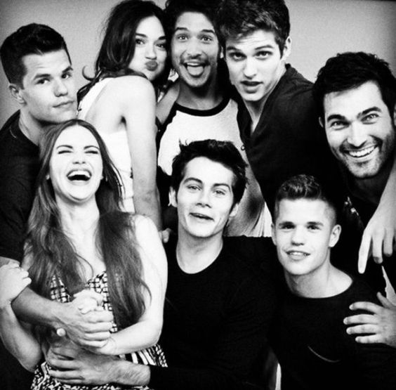 Teen Wolf, los chicos en esta foto son 'Hombres lobo' y otros amigos