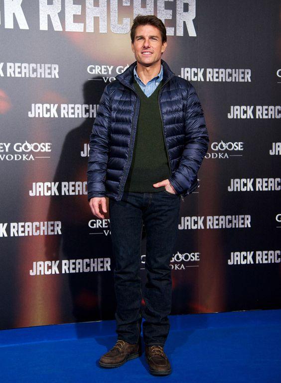 Madri - Tom Cruise aposta na simplicidade do look casual composto por calça jeans, jaqueta de nylon acolchoada e suéter. Os tons escuros deixam o visual mais sofisticado.