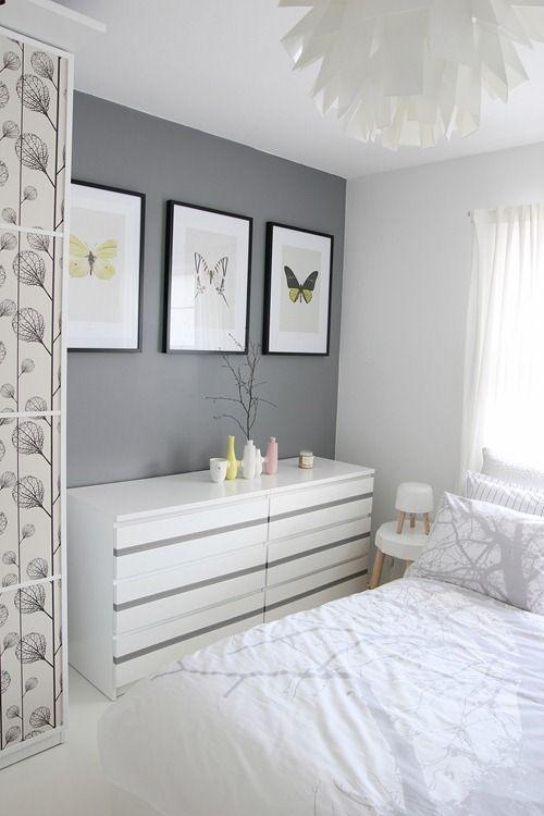Muebles blancos y tres tonos de pintura para las paredes y techos.