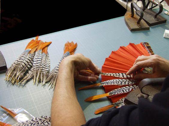 JUIN 2013: LA MAISON DUVELLEROY -Montages des plumes de faisan sanglant  http://www.plumevoyage.fr/magazine/voyage/luxe/maison-duvelleroy-eventailliste-paris/