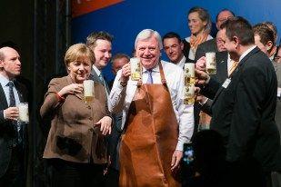 Angela Merkel   Volker Bouffier   Fassbieranstich Politischer Aschermittwoch CDU Volkmarsen   Fotograf Kassel   Karsten Socher Fotografie http://blog.ks-fotografie.net/pressefotografie/angela-merkel-volker-bouffier-kwhe16-volkmarsen/