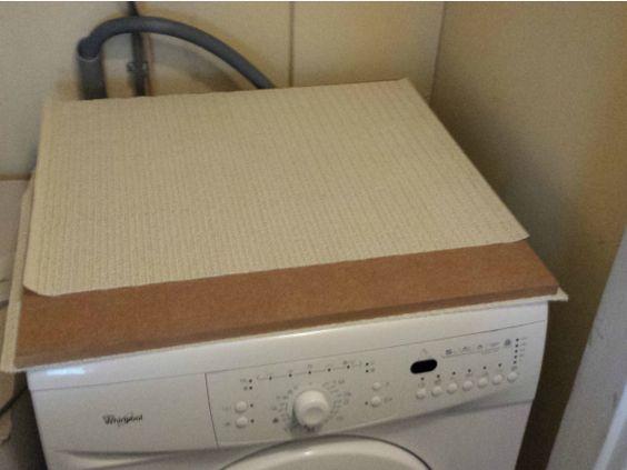 Als je last hebt van plaatsgebrek, is het handig om de wasdroger op de wasmachine te zetten. Het is erg makkelijk om dit zelf te maken. Kijk op www.budgi.nl hoe je dit eenvoudig zelf maakt. #wasmachine #wasdroger #goedkoop #diy