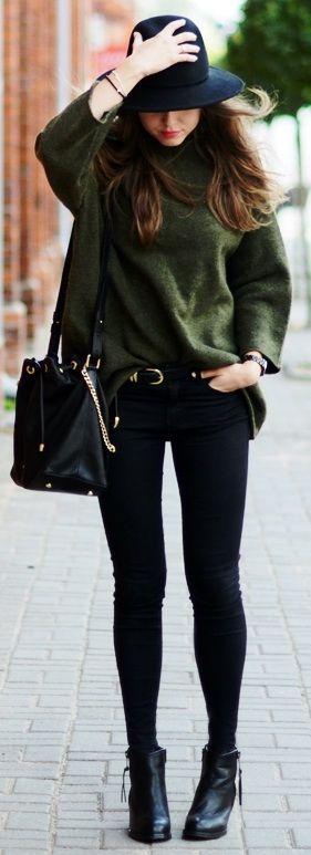 Porter le jean noir avec un pul kaki oversize, un chapeau et des bottines noir à talon