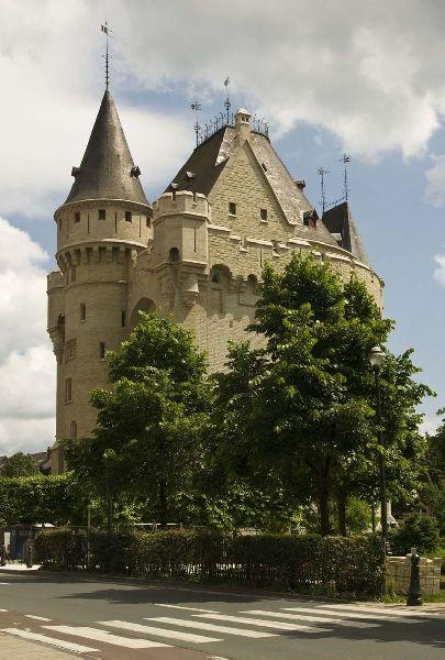 Porte de Hal. Édifiée en 1381, la Porte de Hal est le dernier vestige de la seconde enceinte de Bruxelles. Dès 1564, sa fonction militaire lui fut retirée pour devenir successivement un grenier à grains, un temple luthérien, une prison et un dépôt d'archives. Aujourd'hui, la porte de Hal est devenue un musée.