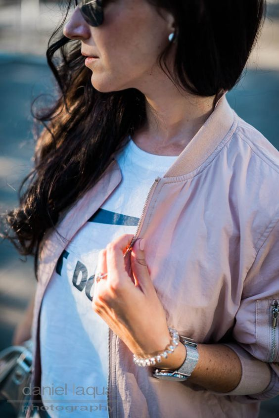Blush Bomber, Jeans Shorts and Silver Details on Juliesdresscode.de