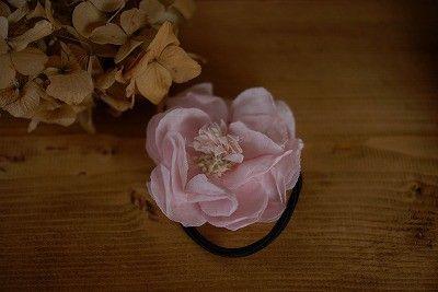 何枚も重ね合わせた布花を使用しましたヘアゴムです。 花弁1枚1枚を染め、カットしクシャクシャさせています。 大きめのお花ですので髪型に明るい印象を与えてくれま...|ハンドメイド、手作り、手仕事品の通販・販売・購入ならCreema。