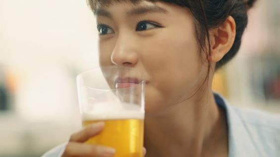 ビールを飲む桐谷美玲