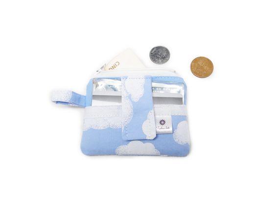 Mini carteira para guardar moedas na parte com zíper e dinheiro ou cartão no bolsinho de fora. Ideal pra quando você não quer sair com a carteira inteira! Cabe no bolso! <br>*medida: 8cm x 10cm