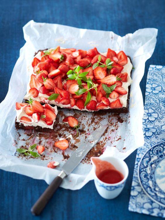 Supereinfach und köstlich: In dem saftigen Brownieboden sind bereits Erdbeeren eingebacken, obendrauf kommen Mascarponesahne und noch mehr Beeren plus...