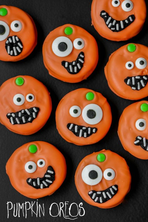 Pumpkin Oreos | Halloween Treat Ideas. The BEST idea for a Halloween party. The kids will love them!