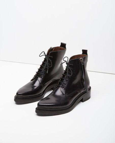 Bota de couro preto com cano curto.: