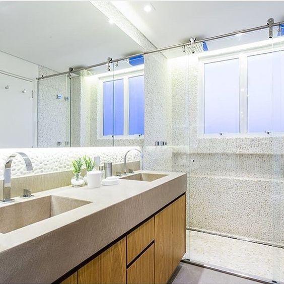 Amores, olha Inspiração do dia! Detalhe da iluminação no espelho, do box e da parede com seixos brancos. Projeto @figueiredo_fischer Confira muito mais no blog www.#construindominhacasaclean.com espero vocês lá #blog #banheiro #bathroom...