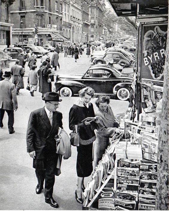 1958 Kiosque à journaux aux CHAMPS ELYSEES à PARIS. Il y a qu'une chaine de télévision et on prends encore le temps de lire.