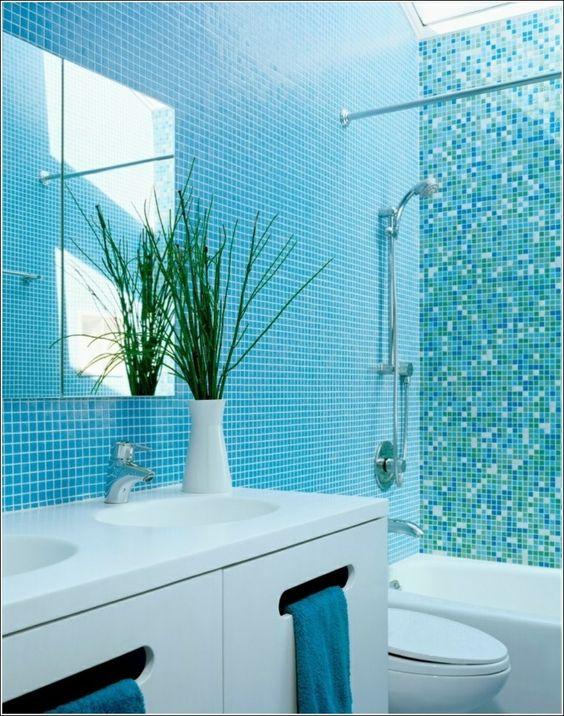 Ba o peque o con mosaico de color celeste pieza for Colores para banos pequenos