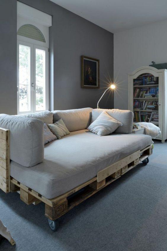 fauteuil pas cher design en palette, salon avec meubles en palette