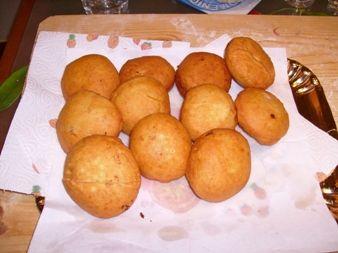 ecco la ricetta dei bomboloni rustici ripieni....sono buoni..e leggeri..anche se sono fritti....