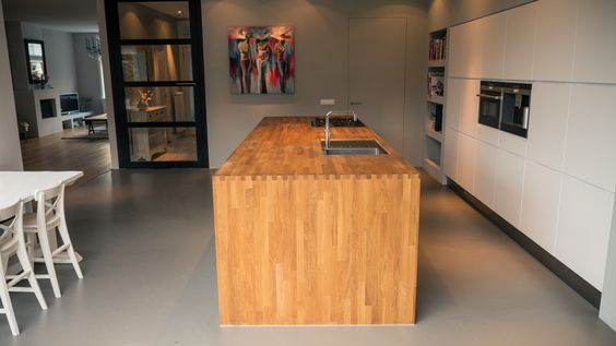Keuken Eikenhout : Warm' eikenhout in contrast met 'koud' stucwerk en gietvloer keukens