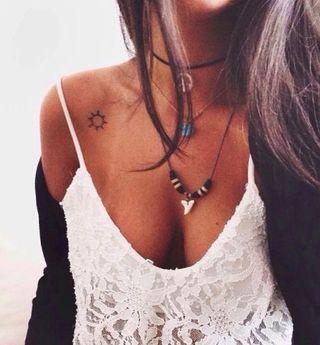 Tatuajes Pequenos Para Mujer 30 Ideas Inspiradoras En Clave Minimal In 2020 Small Shoulder Tattoos Shoulder Tattoos For Women Sun Tattoos