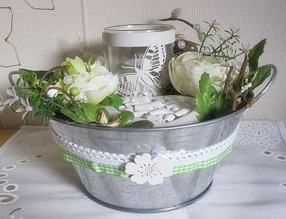 Tischgesteck in gr n creme wei mit windlicht in m bel for Dekoration pflanzen