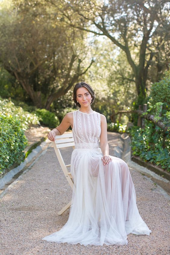 Gown: Santos Costura - Rustic Mediterranean Wedding Inspiration by Esther from Belle & Chic, Laura from Fueron Felices + Anneli Marinovich (Photography) - via Magnolia Rouge