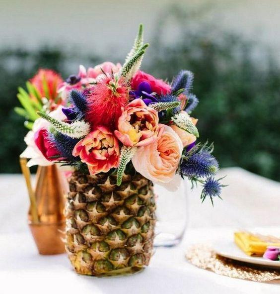 Blumen in einer Ananas arrangieren