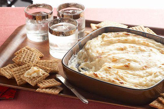 Que diriez-vous d'une succulente trempette chaude au fromage et à l'oignon doux? Ce hors-d'œuvre ne contient que trois ingrédients: c'est la solution de dernière minute toute désignée!