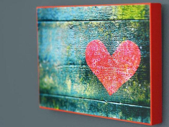 Foto su legno fai da te: ecco come realizzare in modo semplice delle decorazioni per la casa da appendere con le tue foto preferite.