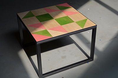 Gezien op de woonbeurs: heel decoratieve bijzettafel van Gimmick Design. Motief kun je zelf samenstellen en later ook nog variëren, door systeem met losse driehoeken.  Verkrijgbaar in diverse frames. Gimmick Design, Buren.