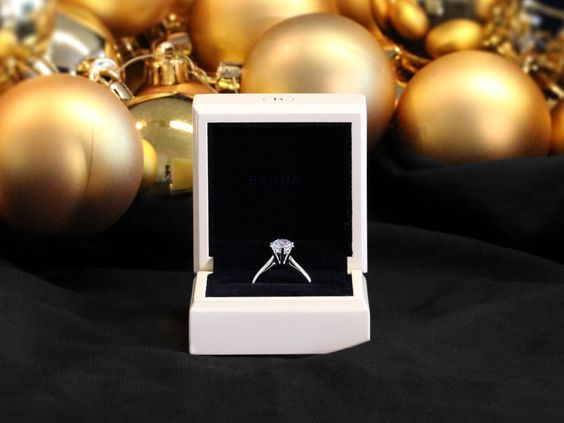 Looking for the most beautiful diamond jewellery for Christmas? It's never too early - the season of giving is around the corner.  http://www.baunat.com/nl/ringen/1-00-caraat-diamanten-solitaire-ring-in-platina