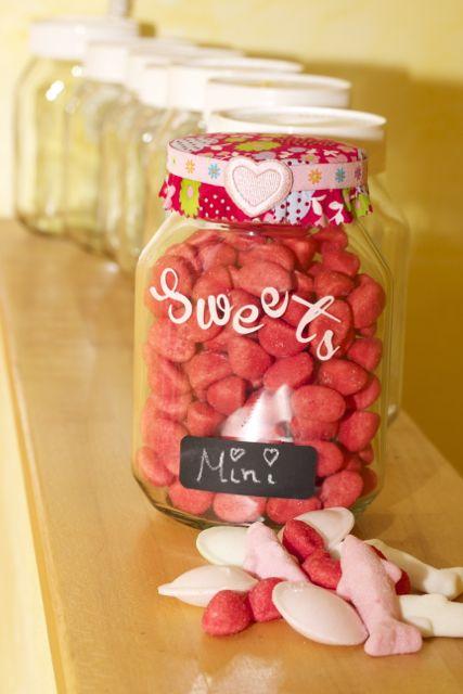Süßigkeitenvorrat im Schokostreichglas / Sweets stored in chocolate spread jars: